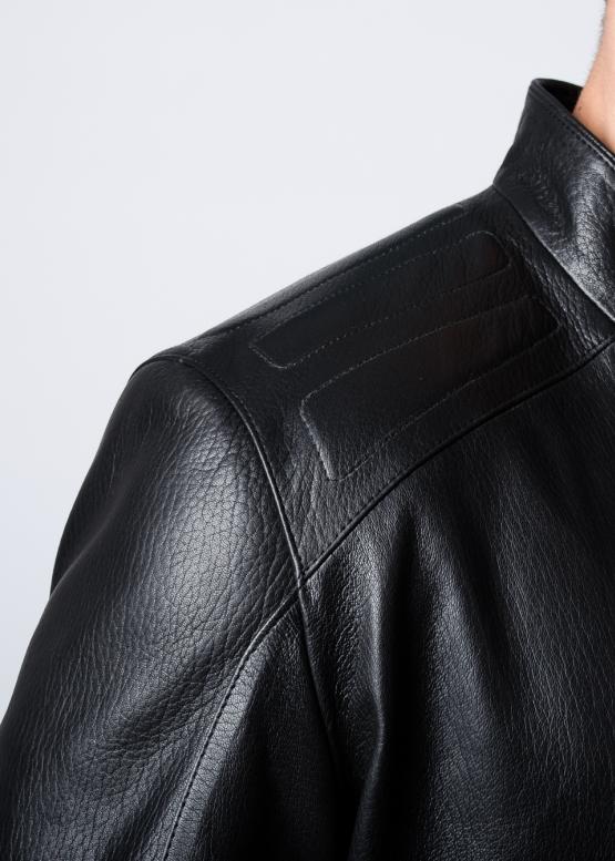 Осенняя кожаная куртка приталенная